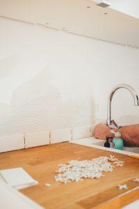 Jak przykleić płytki ceramiczne?